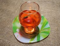 Ett exponeringsglas av den röda drinken arkivbilder