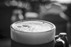 Ett exponeringsglas av det bästa ölet, brusanden och förkylningen Royaltyfri Fotografi