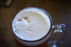 Ett exponeringsglas av det bästa ölet, brusanden och förkylningen Royaltyfria Bilder