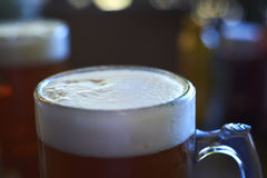 Ett exponeringsglas av det bästa ölet, brusanden och förkylningen Fotografering för Bildbyråer