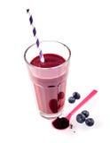 Ett exponeringsglas av det nya blåbäret och acaibäret dricker Royaltyfri Bild