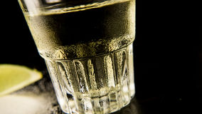 Ett exponeringsglas av dimmig tequila, en punkt av sikten på en vinkel fotografering för bildbyråer