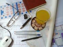 Ett exponeringsglas av fruktsaft på (de horisontal) teckningarna, Royaltyfri Bild