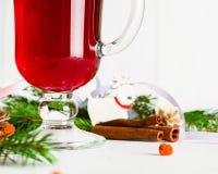 Ett exponeringsglas av glödhett funderat vin på en ljus bakgrund kortjul som greeting nytt år Royaltyfria Bilder