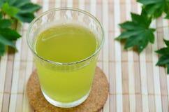 Ett exponeringsglas av grönt te Arkivfoto