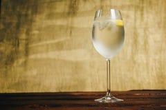 Ett exponeringsglas av hemlagad lemonad med is och limefrukt på en lantlig träbrun bakgrund r Closeup för Crystal exponeringsglas royaltyfri foto
