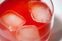 Ett exponeringsglas av jordgubbefruktsaft vaggar på Fotografering för Bildbyråer