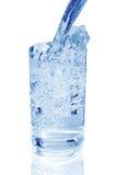 Ett exponeringsglas av kallt vatten arkivfoton