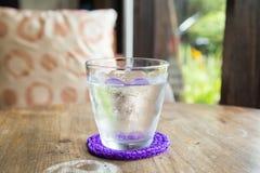 Ett exponeringsglas av kallt vatten arkivbild