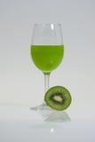 Ett exponeringsglas av kiwifruktsaft Royaltyfria Bilder