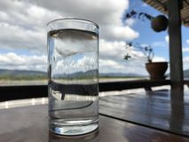 Ett exponeringsglas av klart vatten Arkivfoton