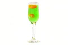 Ett exponeringsglas av kolsyrat vatten och skivor av mandarinen Kolsyrat vatten Tarhun Arkivfoton