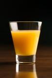 Ett exponeringsglas av kyld orange fruktsaft Arkivfoton