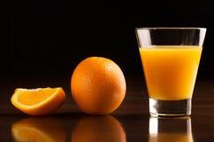 Ett exponeringsglas av kyld orange fruktsaft Royaltyfri Foto