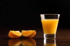 Ett exponeringsglas av kyld orange fruktsaft Royaltyfria Foton