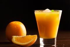 Ett exponeringsglas av kyld orange fruktsaft Royaltyfria Bilder