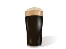 Ett exponeringsglas av mörk öl Inbjudan till dagen för St Patrick ` s hälsa Arkivfoto