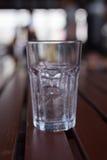Ett exponeringsglas av is med vattendroppe kondenserar runt om det Royaltyfri Fotografi