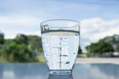 Ett exponeringsglas av mineralvatten Arkivfoto