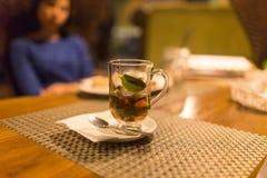 Ett exponeringsglas av mintkaramellte i en restaurang Royaltyfri Foto