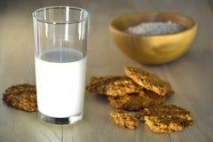 Ett exponeringsglas av mjölkar för sunt äta för frukost arkivfoto