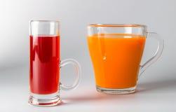 Ett exponeringsglas av morotfruktsaft royaltyfri bild