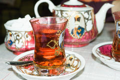 Ett exponeringsglas av ny och varm tea i den arabiska stilen. Arkivfoton