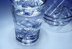 Ett exponeringsglas av nytt isvatten Arkivfoto
