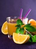 Ett exponeringsglas av orange fruktsaft Arkivfoto