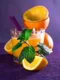 Ett exponeringsglas av orange fruktsaft Royaltyfria Bilder