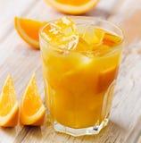 Ett exponeringsglas av orange fruktsaft med is Royaltyfria Bilder