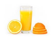 Ett exponeringsglas av orange fruktsaft på en vit bakgrund och apelsin Arkivbilder