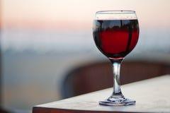 Ett exponeringsglas av rött vin arkivfoton