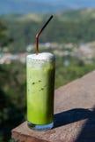 Ett exponeringsglas av smoothies för grönt te Arkivfoton