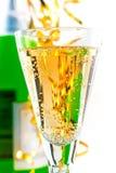 Ett exponeringsglas av sparkling wine på bakgrunden av royaltyfria foton