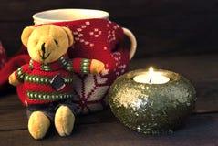 Ett exponeringsglas av te, stearinljuset och nallebjörnen Royaltyfria Foton