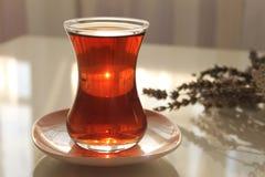 Ett exponeringsglas av turkiskt svart te arkivfoton