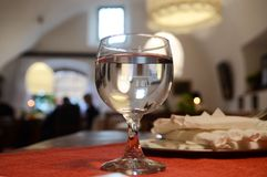 Ett exponeringsglas av vatten på ett europeiskt kafé arkivfoton