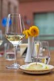 Ett exponeringsglas av vin i restaurang Grund DOF Arkivfoto