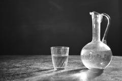 Ett exponeringsglas av vin och ett exponeringsglas i svartvitt Fotografering för Bildbyråer