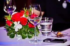 Ett exponeringsglas av vin och min smartphone Arkivfoto