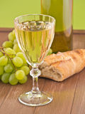 Ett exponeringsglas av vitt vin Fotografering för Bildbyråer