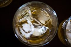 Ett exponeringsglas av whisky med is från över royaltyfri foto