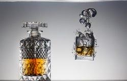 Ett exponeringsglas av whisky och is Fotografering för Bildbyråer