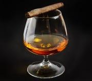 Ett exponeringsglas av whisky och cigarren Royaltyfri Fotografi