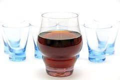 Exponeringsglas av wine och ett exponeringsglas av vodka Royaltyfri Fotografi