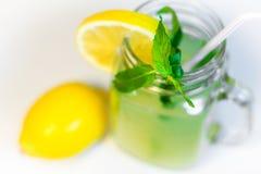 Ett exponeringsglas för murarekrus av hemlagad lemonad på en vit bakgrund fotografering för bildbyråer
