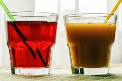 Ett exponeringsglas med granatäpple- och persikafruktsaft arkivbild