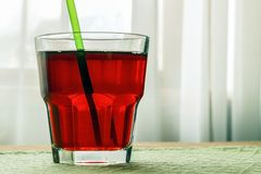 Ett exponeringsglas med granatäpplefruktsaft royaltyfri fotografi
