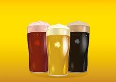 Ett exponeringsglas med ljust, rött och mörkt öl Inbjudan till den St Patrick dagen Royaltyfri Fotografi